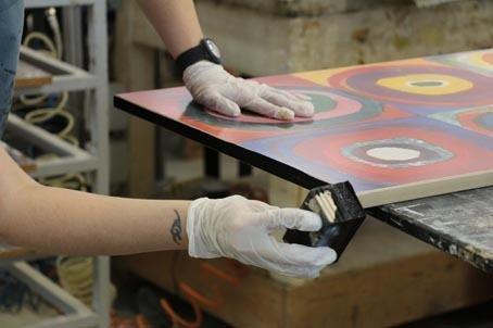 Rifinitura e colorazione bordi stampe su tavola
